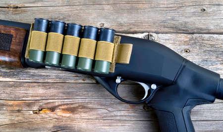 12 gauge shotgun with tactical shell holder on side of gun. Banco de Imagens
