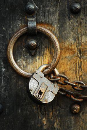 Schwere Holztüren mit Ketten und Vorhängeschlössern sind alle um die Sicherheit Standard-Bild - 5233047