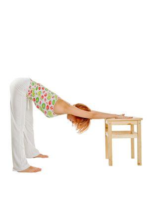 Red chica de cabello realizar ejercicios de fitness en el fondo blanco Foto de archivo