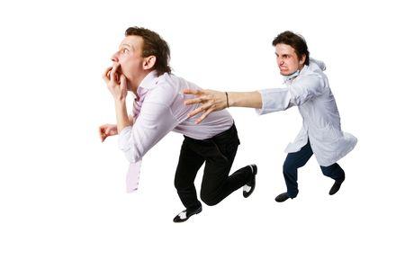 Patiënt weglopen van een arts op wit wordt geïsoleerd  Stockfoto