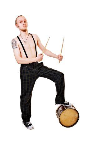 Koele jonge drummer geïsoleerd op witte achtergrond