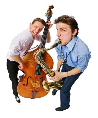 Twee musici met cello en op een witte achtergrond saxofoon