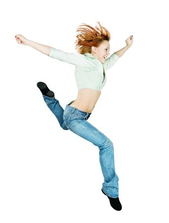 Chica de rojo activa parkour saltando en el estudio