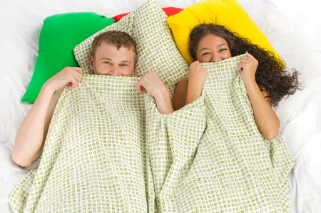 pareja en la cama: Joven y su aventura escondida en la cama  Foto de archivo