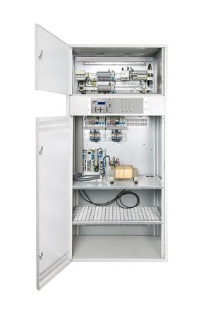 Elektrikschrank mit seine Tür öffnen. Könnte elektrisches Leistungsschalter, Sicherungskasten, Control Panel, Server oder andere Elektronik-Gehäuse.  Standard-Bild