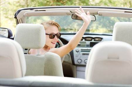 Mujer joven en el coche Foto de archivo