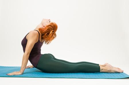 Rood haar vrouw het beoefenen van fitness yoga