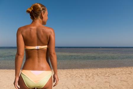 Schlank sinnliche Frau schaut auf das Meer Standard-Bild