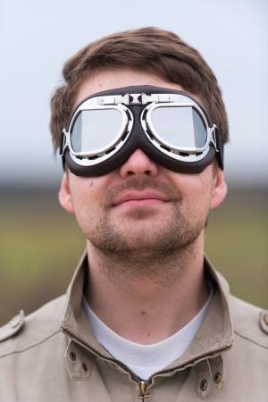 steampunk goggles: Hombre joven con gafas de aviador steampunk Foto de archivo