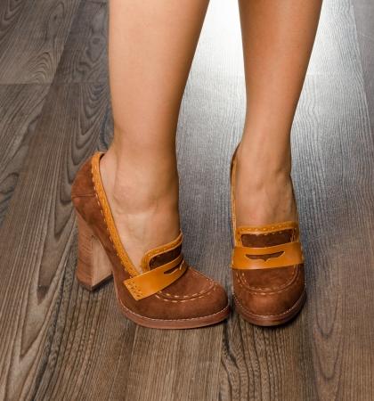 Junge Frau tragen modische Schuhe im Büro - Großansicht auf die Füße