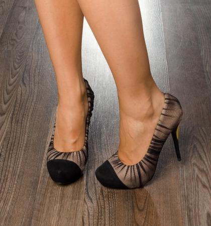Junge Frau trägt modische Schuhe im Büro - Großaufnahme auf Füßen Standard-Bild