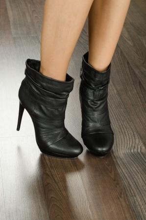 Auf Füßen Nahaufnahme - Moderne moderne Frauen Schuhe im Büro erschossen
