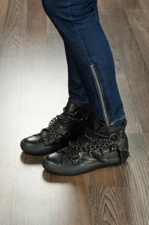Moderne modische Frauenschuhe erschossen im Büro - Nahaufnahme auf Füßen Standard-Bild