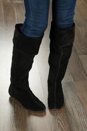 Moderne modische Frauenschuhe erschossen im Büro - Nahaufnahme auf Füßen