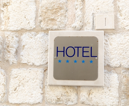 Primer disparo de cinco estrellas hotel firmar en la pared de la ciudad vieja Foto de archivo