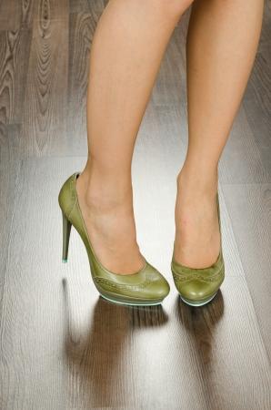 Moderne moderne Frauen Schuhe erschossen im Büro - Nahaufnahme auf Füßen