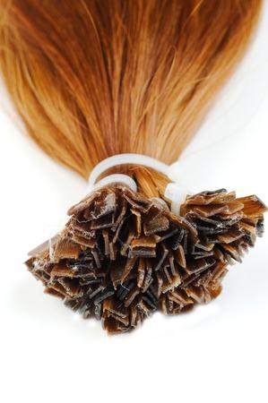 Erweiterungen für rote Haare auf einem weißen Hintergrund