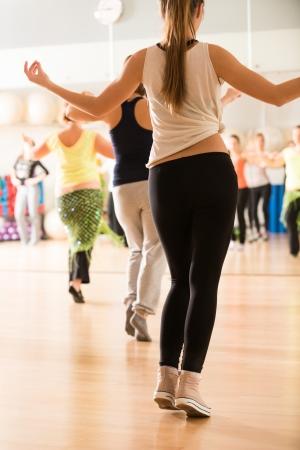 ejercicio aer�bico: Clase de baile para las mujeres en el gimnasio Foto de archivo