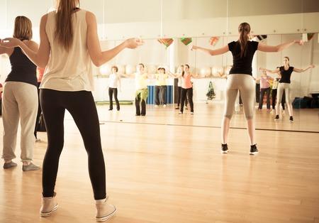 persone che ballano: Classe di danza per le donne al centro fitness Archivio Fotografico