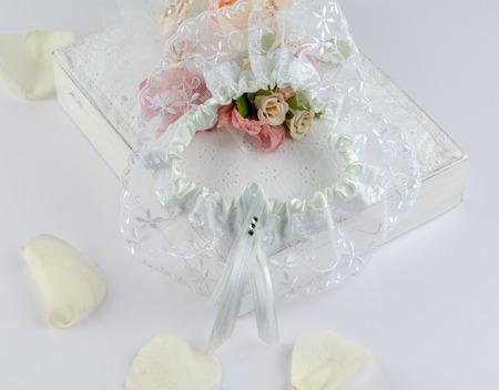 結婚式の日のために準備する花嫁のガーター