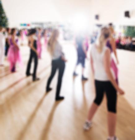 baile latino: Clase de baile para las mujeres en el gimnasio abstracto fondo borroso Foto de archivo