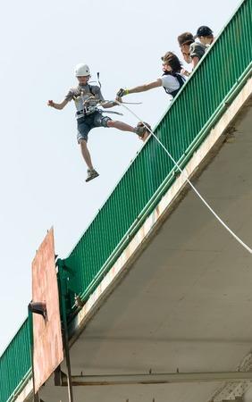 bungee jumping: MOROZKI, Rusia - el 27 de mayo de 2007 - Ropejumpers saltar desde el puente Editorial