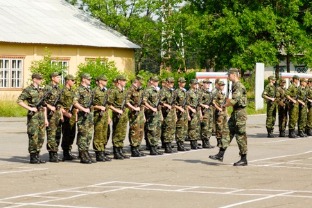 soldado: MOROZKI, Rusia - 15 de julio de 2006 - soldados rusos jovenes en un día juramento militar en el ejército