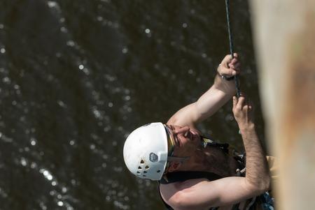 caida libre: MOROZKI, Rusia - el 27 de mayo de 2007 - Ropejumpers saltar desde el puente Editorial