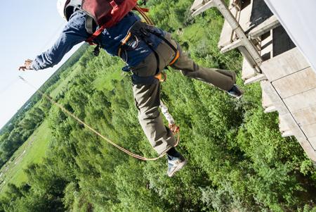 caida libre: Mosc�, Rusia - 03 de junio 2007 - La gente en extrema evento Ropejumping deportes. Grupo de los puentes de cuerda a organizar este tipo de eventos para personas que buscan llevar una dosis de adrenalina en su vida Editorial