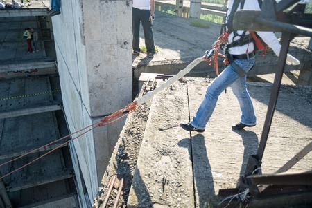 caida libre: Moscú, Rusia - 03 de junio 2007 - La gente en extrema evento Ropejumping deportes. Grupo de los puentes de cuerda a organizar este tipo de eventos para personas que buscan llevar una dosis de adrenalina en su vida Editorial
