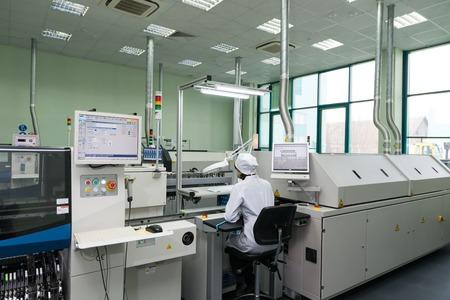 MOSKOU, RUSLAND - November 27, 2014 - Productie van elektronische componenten bij high-tech fabriek