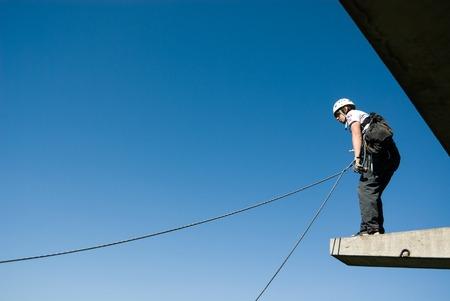 persona saltando: Moscú, Rusia - 03 de junio 2007 - La gente en extrema evento Ropejumping deportes. Grupo de los puentes de cuerda a organizar este tipo de eventos para personas que buscan llevar una dosis de adrenalina en su vida Editorial