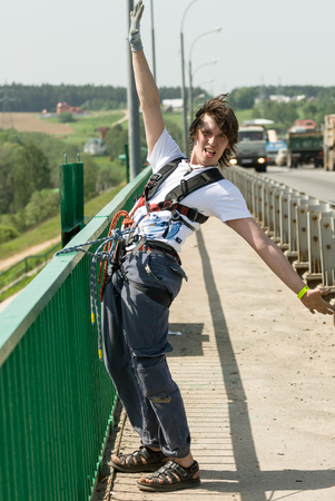 puenting: MOROZKI, RUSSIA - May 27, 2007 - Ropejumpers jumping off the bridge Editorial