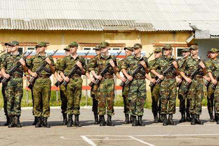 batallón: MOROZKI, Rusia - 15 de julio de 2006 - soldados rusos jovenes en un día juramento militar en el ejército