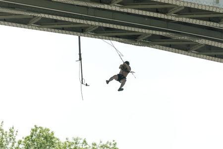 caida libre: MOROZKI, RUSSIA - May 27, 2007 - Ropejumpers jumping off the bridge Editorial