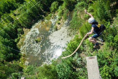 bungee jumping: Moscú, Rusia - 03 de junio 2007 - La gente en extrema evento Ropejumping deportes. Grupo de los puentes de cuerda a organizar este tipo de eventos para personas que buscan llevar una dosis de adrenalina en su vida Editorial