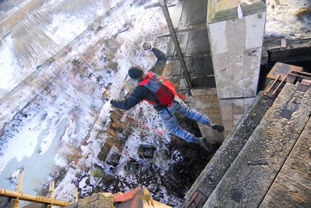 bungee jumping: Zheleznodorozhniy, Rusia - Marzo 2, 2008 - evento de salto de cuerda a cabo en el sitio de construcción de edificios abandonados. Deportes grupos entusiastas organicen este tipo de eventos para los amantes de la adrenalina de todo el distrito de Moscú