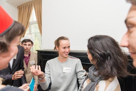 Moskau, Russland - 31. August 2014 - Teilnehmer des sozialen Quest-Rollenspiel mit den arabischen Geheimnis Detektiv Investigation Thema Editorial