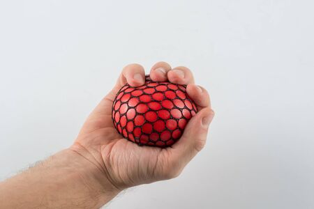 Balle anti-stress serrant la main masculine