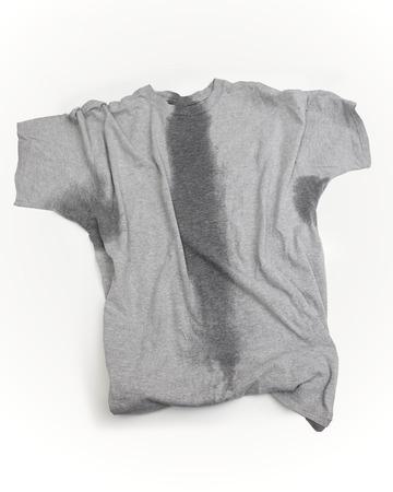 소매 아래와 몸통을 통해 땀 얼룩 회색 티셔츠.