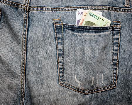 pick money: El dinero extranjero (Won de Corea) se adhieren a partir de un bolsillo trasero de decisiones para un blanco f�cil para los carteristas y ladrones. Foto de archivo