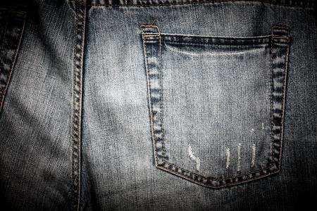 잘 착용 하 고 너덜 청바지 한 켤레의 일반 다시 주머니의 근접. 스톡 콘텐츠