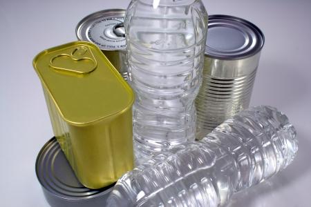 Ingeblikte goederen en een fles water voor het opslaan van