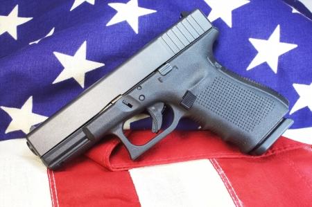 9mm pistol on us flag  Zdjęcie Seryjne