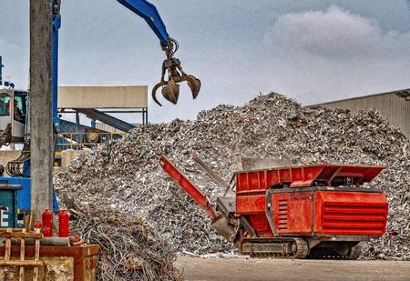 Riciclaggio di rottami metallici in un impianto di gestione dei rifiuti Archivio Fotografico