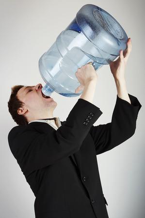 sediento: Hombre de agua potable de la enorme botella de agua  Foto de archivo