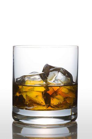 scotch: Vooraanzicht van Scotch glas op witte achtergrond