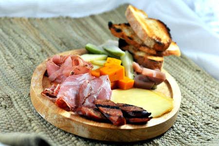 charcutería: Embutidos Board - Carnes y quesos con pepinillos y pan tostado Foto de archivo