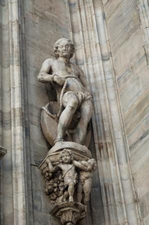 Statua di uomo parete del Duomo a Milano photo