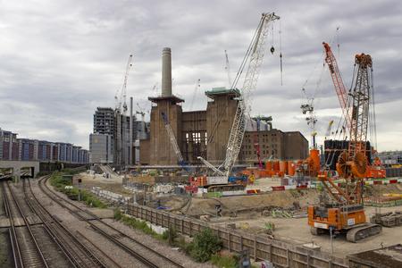 런던, 영국 -2006 년 5 월 22 일 : Battersea 발전소 건설 크레인 현재 재건 되 고 런던, 영국에서 고급 주택, 상점 및 엔터테인먼트로 변모. 에디토리얼